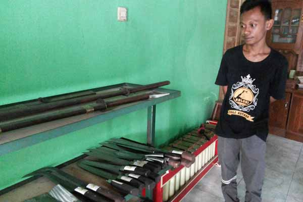 Satya Okta dengan sejumlah hasil produksi samurai di usaha pande besi miliknya. (Harian Jogja/ Mayang Nova Lestari)