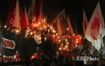 Anggota Pasoepati menyalakan lilin dan kembang api di Tugu Lilin, Penumping, Laweyan, Solo saat memperingati HUT Persis yang ke- 93, Selasa (8/11) malam. Acara tersebut juga diisi dengan renungan dan doa. (JIBI/SOLOPOS/ Sunaryo Haryo Bayu)