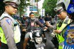 Salah satu pengendara tidak mengenakan helm saat Operasi Zebra Progo di Simpang tiga Selokan Mataram, Depok, Sleman, Selasa (23/11/2016). ( Yudho Priambodo/JIBI/Harian Jogja)