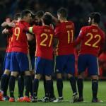 Para pemain Timnas Spanyol merayakan gol. (REUTERS/Marcelo del Pozo)