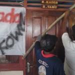 Warga menyegel ruang kepala Desa Dadapayu Semanu Gunungkidul, Senin (31/10/2016). (Bhekti Suryani/JIBI/Harian Jogja)