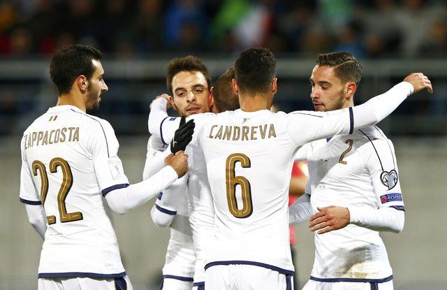 Para pemain Timnas Italia merayakan gol. (REUTERS/Arnd Wiegmann)