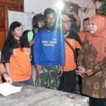 Bonceng Motor Relawan, Mensos Tinjau Lokasi Longsor Karanganyar Serahkan Santunan Korban