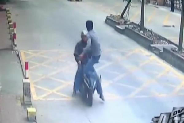 VIDEO UNIK : Balas Dendam, Sopir Truk Hajar Pencuri Ponselnya