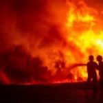 Ilustrasi pasukan pemadam kebakaran menghadapi amukan si jago merah. (JIBI/Solopos/Antara/Aji Styawan)