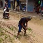 JALAN RUSAK KENDAL : Tanam Padi di Jalan, Foto Pria ini Jadi Viral