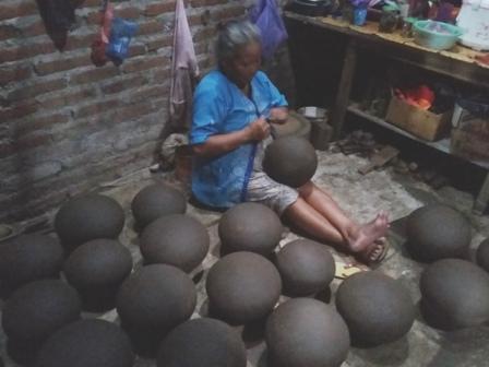 Nenek-Nenek asal Ponorogo Ini Mampu Membuat 30 Kendil Per Hari