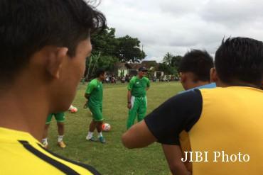 Freddy Mulli (topi hitam) memimpin latihan di Lapangan Minomartani, Sleman, Senin (16/1/2017) sore. (Jumali/JIBI/Harian Jogja)