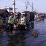 ROB SEMARANG : Bantu Surutkan Banjir, 2 Polisi Tuai Pujian