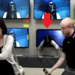 Prank Hantu Perempuan Keluar dari TV Bikin Pengunjung Ketakutan