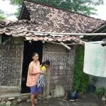 KISAH TRAGIS : Tanpa Listrik dan Lampu, Begini Kehidupan Keluarga Miskin Madiun