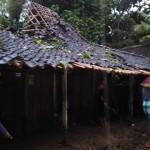 ANGIN KENCANG BOYOLALI : Tertimpa Pohon, Rumah Warga Trosobo Terbelah Jadi Dua