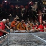 TAHUN BARU IMLEK : Umat Tri Darma Solo Lepas 999 Burung untuk Tolak Bala