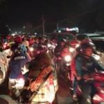 Kendaraan memadati Jl. Lawu dekat Plasa Alun-alun Karanganyar mendekati pergantian tahun, Sabtu (31/12/2016) malam. (Kurniawan/JIBI/Solopos)