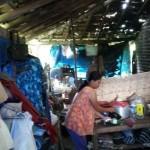 KISAH TRAGIS : Keluarga Miskin Madiun Ini Terpaksa Tinggal di Teras Rumah Tetangga