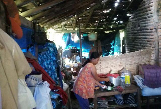 Gambar Teras Rumah Kampung Sederhana  kisah tragis keluarga miskin madiun ini terpaksa tinggal