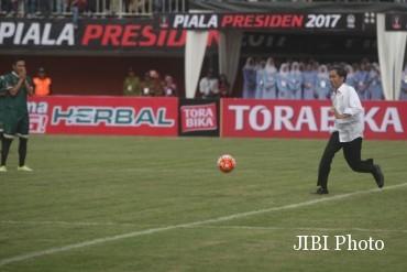 Presiden Indonesia, Joko Widodo menendang bola sebagai simbol di mulainya Piala Presiden 2017 di Stadion Maguwoharjo, Depok, Sleman, Sabtu (4/2). Partai pembuka tersebut antara PSS Sleman dan Persipura yang berakhir dengan skor 0-0. (Gigih M. Hanafi/JIBI/Harian Jogja)