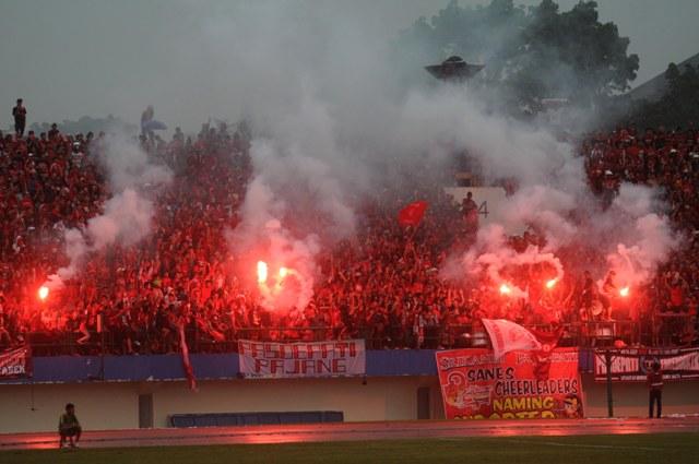 Suporter Pasoepati menyalakan kembang api saat mendukung tim kesayangannya, Persis Solo yang melawan Persik Kediri dalam laga Divisi Utama LPIS di Stadion Manahan, Solo. (JIBI/SOLOPOS/Agoes Rudianto)