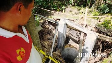Salah seorang warga menunjukan lokasi sumur ambles milik Siti Maryam, warga Dusun Pati, Genjahan, Ponjong. Sabtu (18/2/2017). (IST)