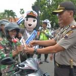 FOTO VALENTINE'S DAY : Satlantas Polres Kudus Bagi Cokelat