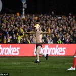 PIALA FA : Suporter Tanpa Busana Ini Ramaikan Sutton United Vs Arsenal