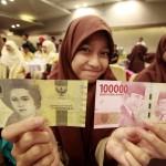 Rela Tunggu Layanan Dibuka, Begini Perjuangan Warga Tukar Uang di Bank