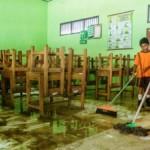 FOTO BANJIR DEMAK : Beratnya Membersihkan Ruang Kelas