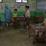 BANJIR KUDUS : Terjang Genangan Air, Pelajar Kudus Tetap Bersekolah