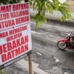 FOTO JALAN RUSAK DEMAK : Komunitas Jalan Rusak Tebar Spanduk
