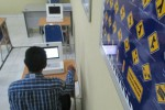 Seorang warga sedang mengerjakan ujian Surat Izin Mengemudi (SIM) berbasis komputer di ruang ujian unit pelayanan SIM Polres Gunungkidul, Rabu (1/2/2017). (JIBI/Irwan A. Sayambudi)