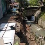 BENCANA SOLO : Talut Sungai Jenes Ambrol Sepanjang 20 Meter, 3 Rumah Terancam Longsor