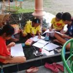 Sejumlah anak-anak mengakses layanan Internet untuk mendukung belajar kelompok di Desa Tangkil, Sragen, Rabu (29/3/2017) sore. (Istimewa)