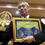 FOTO KAMPUS DI SEMARANG : Unnes Beri Penghargaan Christian Hadinata