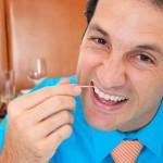 TIPS KESEHATAN : Hati-Hati, Terlalu Sering Pakai Tusuk Gigi Berbahaya