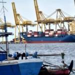 Aktivitas bongkar muat peti kemas di Terminal Peti Kemas Semarang (TPKS), Pelabuhan Tanjung Emas, Semarang, Jateng, Rabu (8/3/2017). (JIBI/Solopos/Antara/Aditya Pradana Putra)