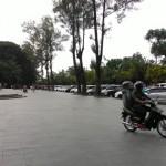 PERPARKIRAN SOLO : Banyak Mobil Parkir di Depan Plaza Manahan, Pengunjung Sunday Market Terganggu