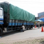 KECELAKAAN SRAGEN : Terperosok ke Lubang Jalan, Truk Tronton Tergelincir