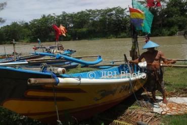 Seorang nelayan bernama Marto Utomo mempersiapkan perahu yang dilabuhkan di dekat Tempat Pelelangan Ikan (TPI) Karangwuni, Wates, Kulonprogo, Senin (3/4). Dia mengaku sudah sepekan tidak melaut karena cuaca buruk. (Rima Sekarani I.N./JIBI/Harian Jogja)