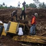 LONGSOR PONOROGO : Sebulan Tertimbun Tanah, Alat Berat di Banaran Ditemukan