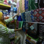 RAMADAN 2017 : Peralatan Salat Laris, Pedagang Pasar Klewer Solo Inden Kulak Sarung