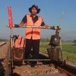 KISAH INSPIRATIF : Madyani Berjalan Kaki 16 Km Tiap Hari Demi Pastikan Jalur KA Aman