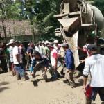 Warga Lereng Merapi Swadaya Perbaiki Jalan Rusak