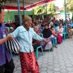 266 Warga Miskin Plumbungan Sragen Antre Sembako untuk Berlebaran