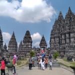 Pengunjung menikmati keindahan bangunan Candi Prambanan, Klaten, Senin (26/6/2017). (Cahyadi Kurniawan/JIBI/Solopos)