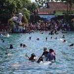 Pengunjung berenang di Umbul Ponggok, Desa Ponggok, Kecamatan Polanharjo, Rabu (28/6/2017). (Taufiq Sidik Prakoso/JIBi/Solopos)