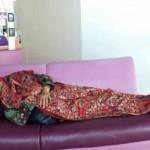 Setelah Menteri Susi, Giliran Menteri Khofifah Tidur di Bandara Juanda Jadi Viral