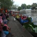 FOTO WISATA SOLO : Pengunjung Jajal Egrang dan Becak Air di Taman Balekambang