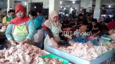 Pedagang daging ayam di Pasar Kadipolo melayani pembeli, Kamis (8/6/2017). (Bayu Jatmiko Adi/JIBI/Solopos)