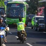 Sejumlah pengemudi bus melanggar garis marka saat terjebak kemacetan lalu lintas di jalur jalan Semarang-Solo, di Boyolali, Jateng, Sabtu (24/6/2017). (JIBI/Solopos/Antara/Aloysius Jarot Nugroho) Kemacetan mendera di sepanjang jalur jalan utama Jawa Tengah (Jateng) sepanjang musim mudik Lebaran 2017. Menyiasati kemacetan arus lalu lintas itu, pelanggaran arus lalu lintas menjadi hal yang lazim. Sejumlah pengemudi bus tertangkap kamera Kantor Berita Antara melanggar garis marka saat terjebak kemacetan lalu lintas di ruas jalan Semarang-Solo, di Boyolali, Jawa Tengah, Sabtu (24/6/2017). Aksi pelanggaran para pengemudi kendaraan ini kerap membahayakan pengguna jalan lainnya dan juga merupakan penyebab bertambah parahnya kemacetan. (JIBI/Solopos/Antara/Aloysius Jarot Nugroho)