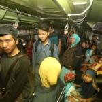 Penumpang berdesak-desakan di dalam Kereta Api (KA) Prambanan Ekspres (Prameks) di Stasiun Solo Balapan, Solo, Senin (26/6/2017). (Nicolous Irawan/JIBI/Solopos)